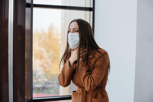 Jovem mulher com uma máscara durante a pandemia e coronovírus