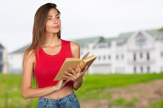 Jovem mulher com uma pilha de livros