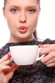 Jovem mulher com uma xícara de café quente