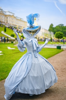 Jovem mulher com vestido e máscara veneziana