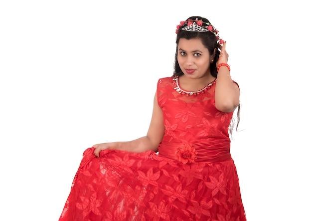 Jovem mulher com vestido vermelho a posar