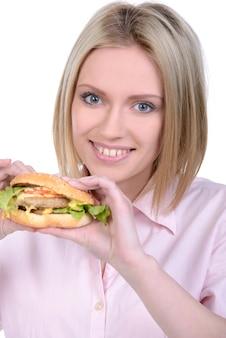 Jovem mulher comendo fast food isolado no branco