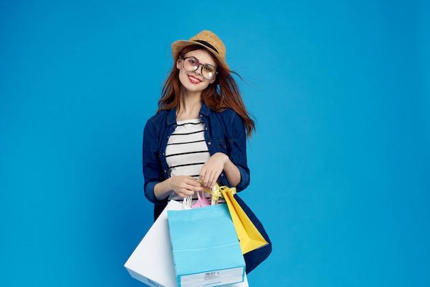 Jovem mulher compras on-line, entrega sem contato