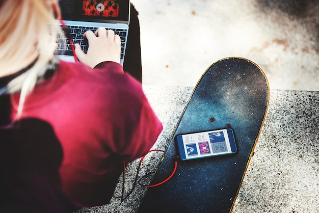 Jovem, mulher, conexão, telefone celular, conceito