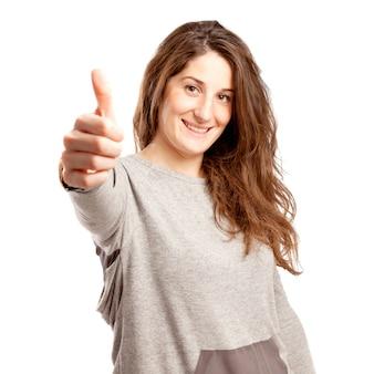 Jovem mulher curvilínea com o polegar para cima gesto sobre branco