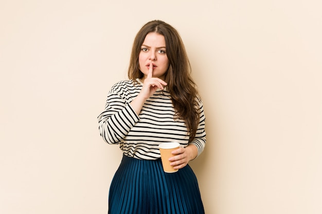 Jovem mulher curvilínea segurando um café, mantendo um segredo ou pedindo silêncio.