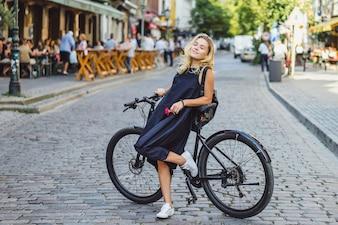 Jovem mulher de esportes em uma bicicleta em uma cidade europeia. Esportes em ambientes urbanos.
