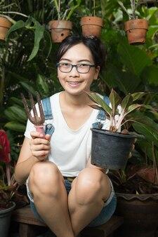 Jovem mulher de jardinagem na natureza.