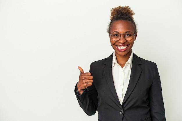 Jovem mulher de negócios afro-americana isolada no fundo branco, sorrindo e levantando o polegar