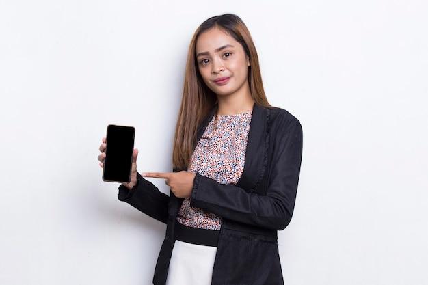 Jovem mulher de negócios asiática demonstrando celular isolado no fundo branco