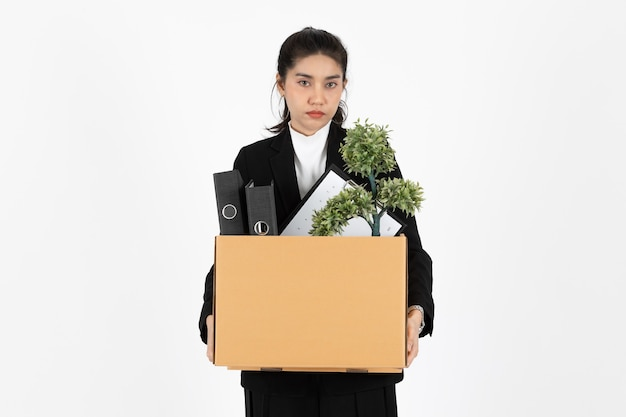 Jovem mulher de negócios asiática despedida segurando uma caixa com pertences pessoais