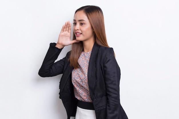 Jovem mulher de negócios asiática gritando e gritando, anunciando isolado em background branco