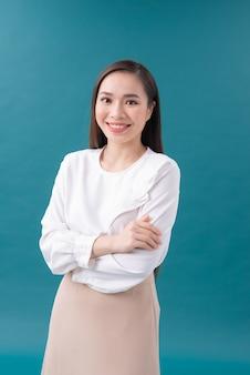 Jovem mulher de negócios asiática isolada sobre fundo azul.