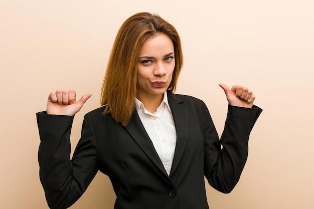 Jovem mulher de negócios caucasiana se sente orgulhosa e autoconfiante, exemplo a seguir.