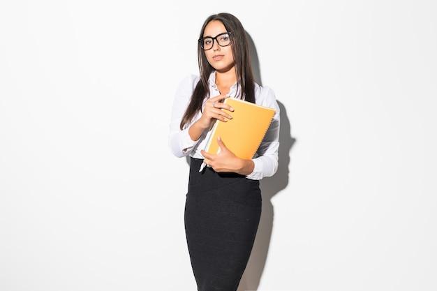 Jovem mulher de negócios com caderno isolado no branco