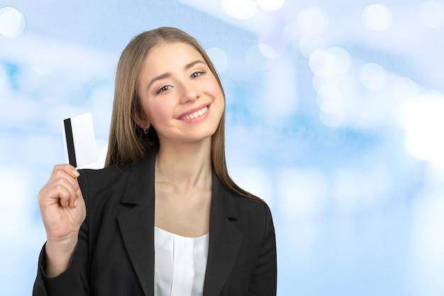Jovem mulher de negócios com cartão de crédito