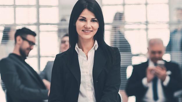 Jovem mulher de negócios confiante