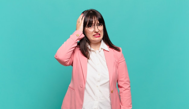 Jovem mulher de negócios em pânico por causa de um prazo esquecido, sentindo-se estressada, tendo que cobrir uma bagunça ou erro