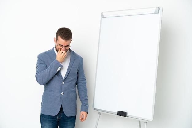 Jovem mulher de negócios fazendo uma apresentação no quadro branco isolado