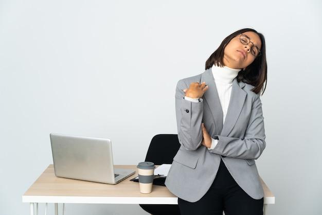 Jovem mulher de negócios latinos trabalhando em um escritório isolado no branco com expressão cansada e doente