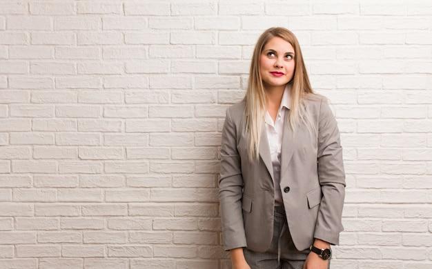 Jovem mulher de negócios russa funnny e amigável mostrando a língua