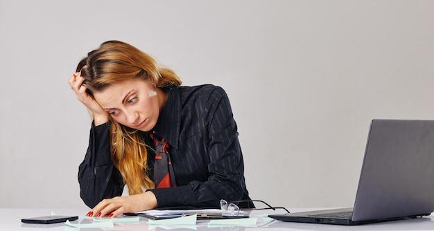 Jovem mulher de negócios trabalhando