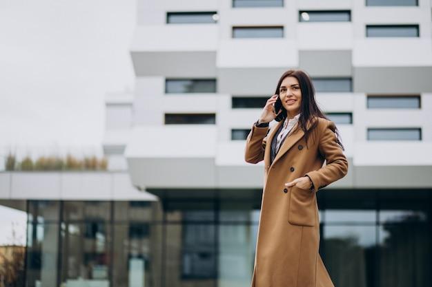 Jovem mulher de negócios usando o telefone