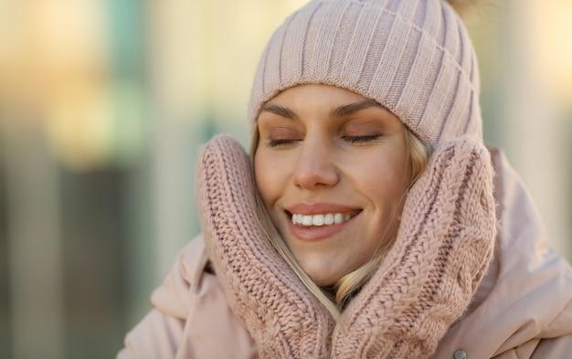 Jovem mulher de sorriso bonita no inverno ao ar livre. conceito de inverno.