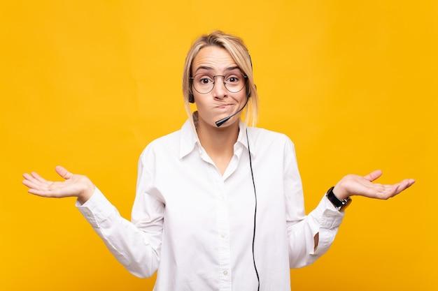 Jovem mulher de telemarketing se sentindo intrigada e confusa, duvidando, ponderando ou escolhendo opções diferentes com expressão engraçada