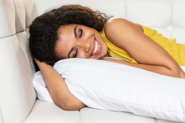 Jovem mulher deitada no sofá