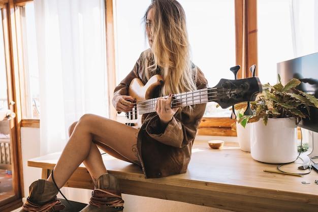 Jovem, mulher, deitado, elétrico, guitarra
