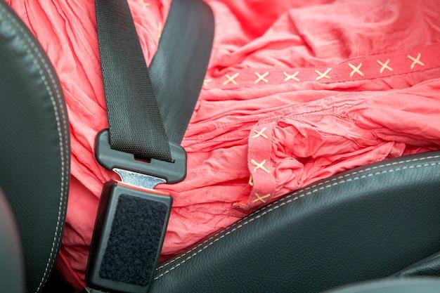 Jovem mulher dentro do carro apertado com cinto de segurança. conceito de segurança e precaução.