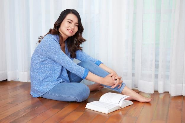 Jovem mulher descansando com livro
