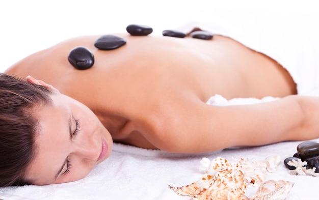 Jovem mulher desfrutando de massagem terapêutica