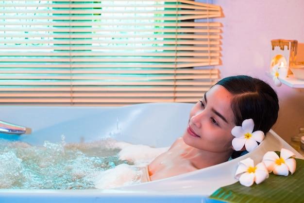 Jovem mulher desfrutando de uma massagem, spa e beleza.