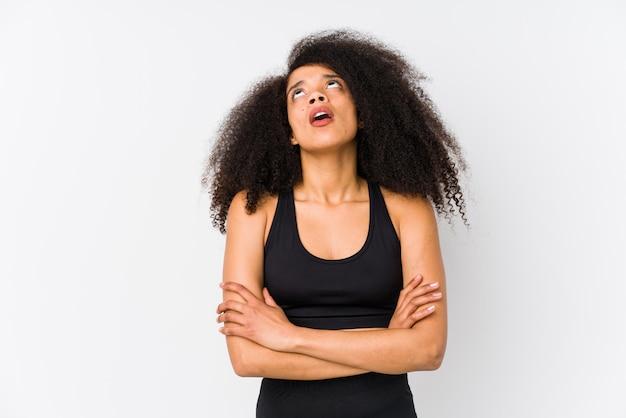 Jovem mulher desportiva afro-americana cansada de uma tarefa repetitiva.