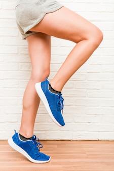 Jovem mulher desportiva caucasiana de pernas