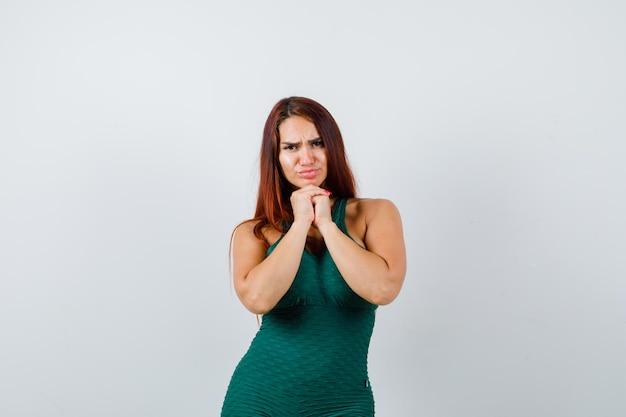Jovem mulher desportiva com cabelo comprido preso em um bodycon