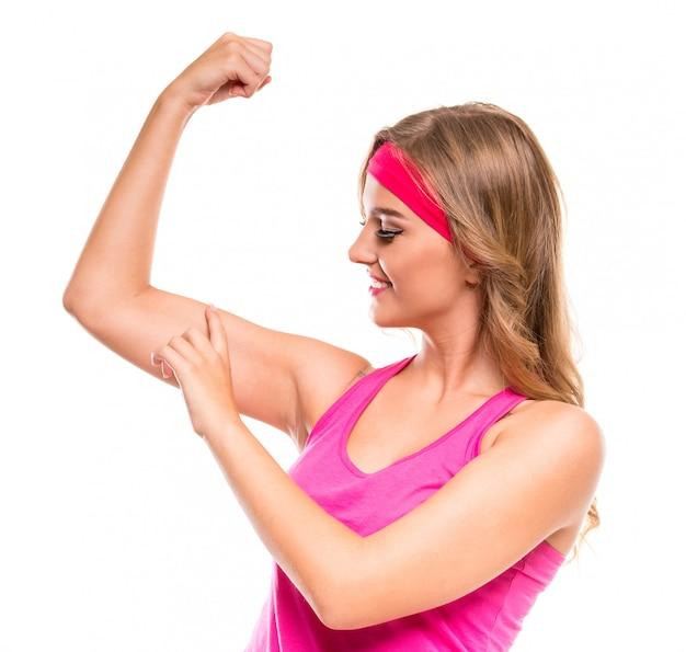 Jovem mulher desportiva no sportswear rosa.