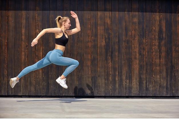 Jovem mulher desportiva pulando