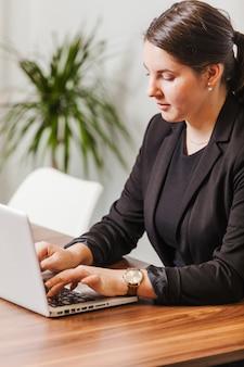 Jovem mulher digitando laptop