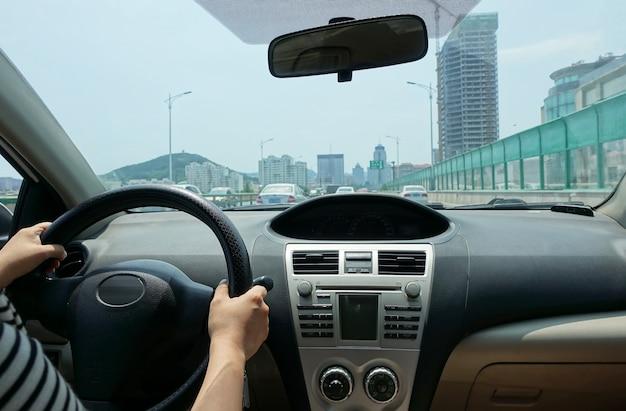 Jovem mulher dirigindo o carro no táxi