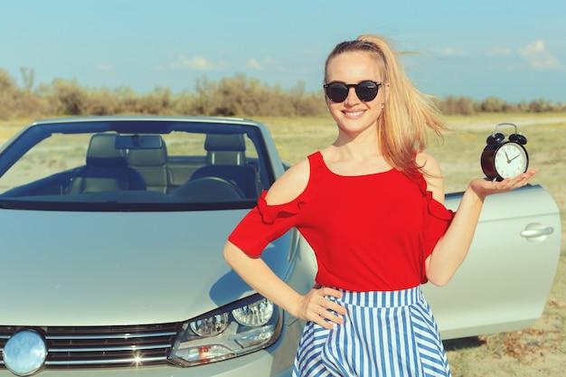 Jovem mulher dirigir um carro na praia