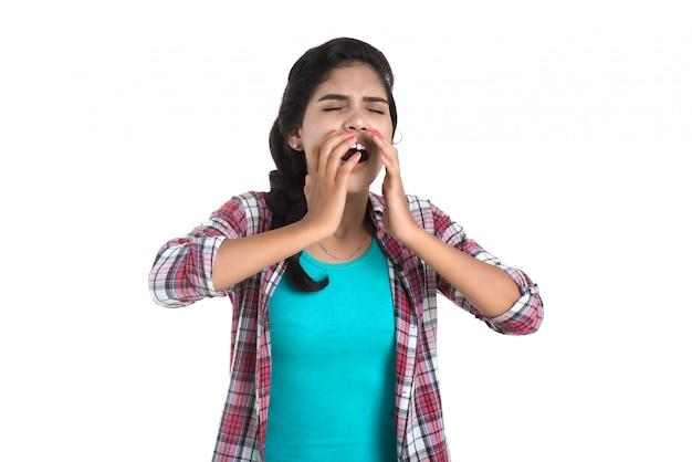Jovem mulher doente assoar o nariz. rinite alérgica. tem febre. jovem mulher com frio