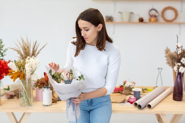 Jovem mulher e buquê de flores