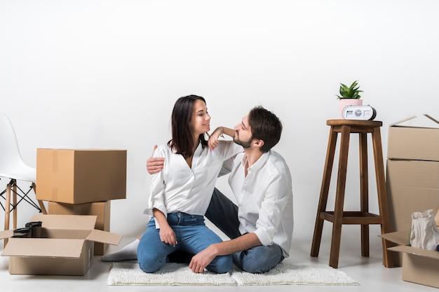 Jovem mulher e homem juntos dentro de casa
