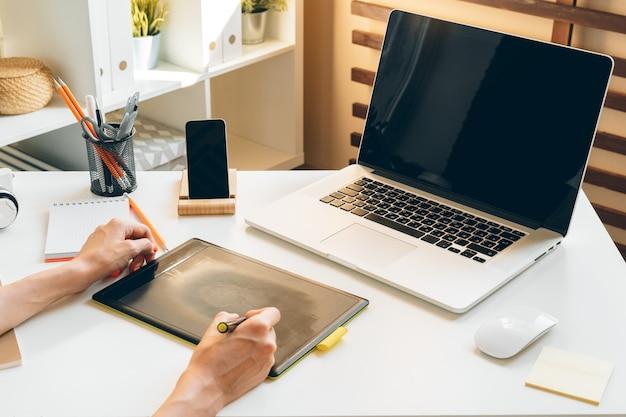 Jovem mulher e tablet trabalhando em casa, escritório. fique seguro e trabalhando em casa.