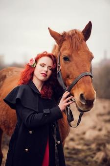 Jovem mulher e um cavalo.