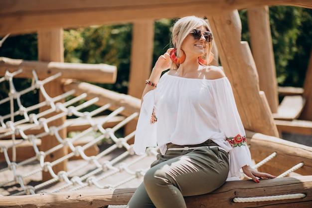 Jovem mulher elegante com camisa branca