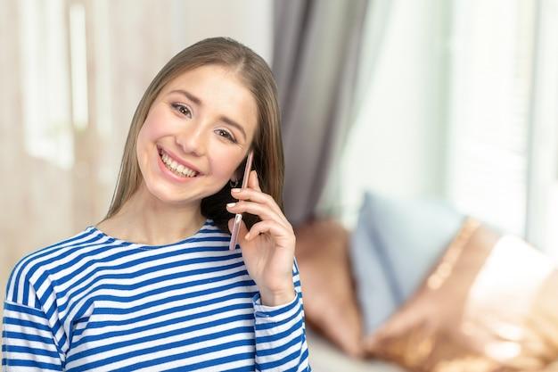 Jovem mulher elegante, falando no celular